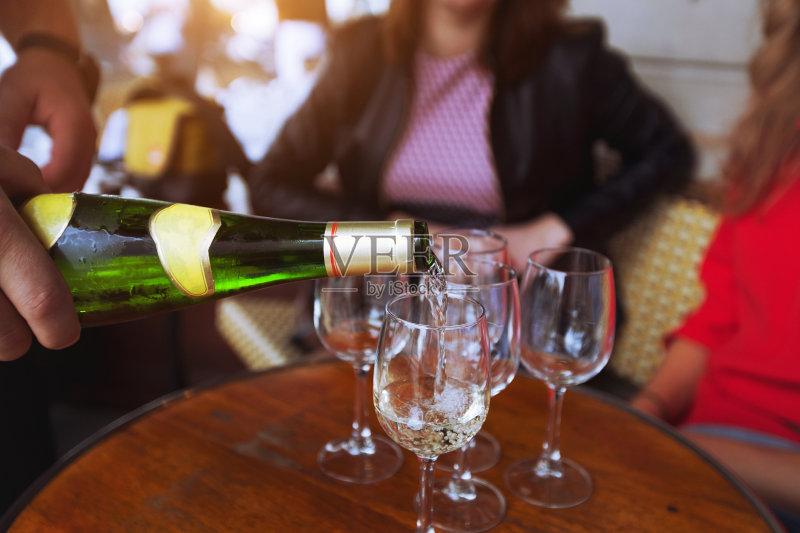 喝酒-会议 咖啡馆 人 玻璃 白色 葡萄酒 瓶子 吃饭 液体 酒吧 香槟 桌子