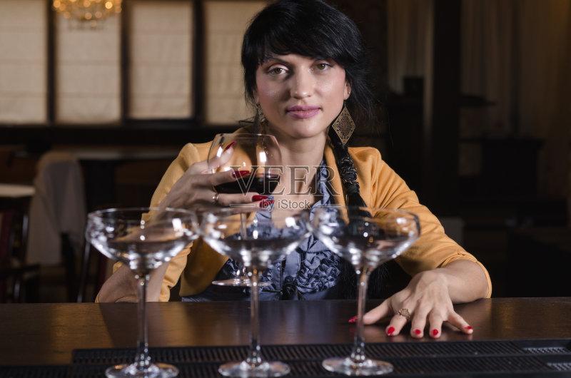 喝酒-思考 高雅 女人 饮料 美 红色 寂寞 酒吧 夜晚 白人 酒馆 棕色头发