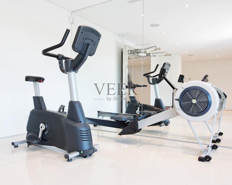 负重物 室内 健身器械 生活方式 学校体育馆 地板 照亮 华贵 步行 活动 图片