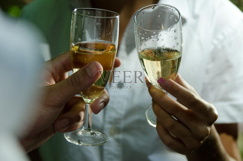 喝酒-人 异性恋 玻璃 女人 葡萄酒 快乐时光 符号 手 女性 相伴 夜总会