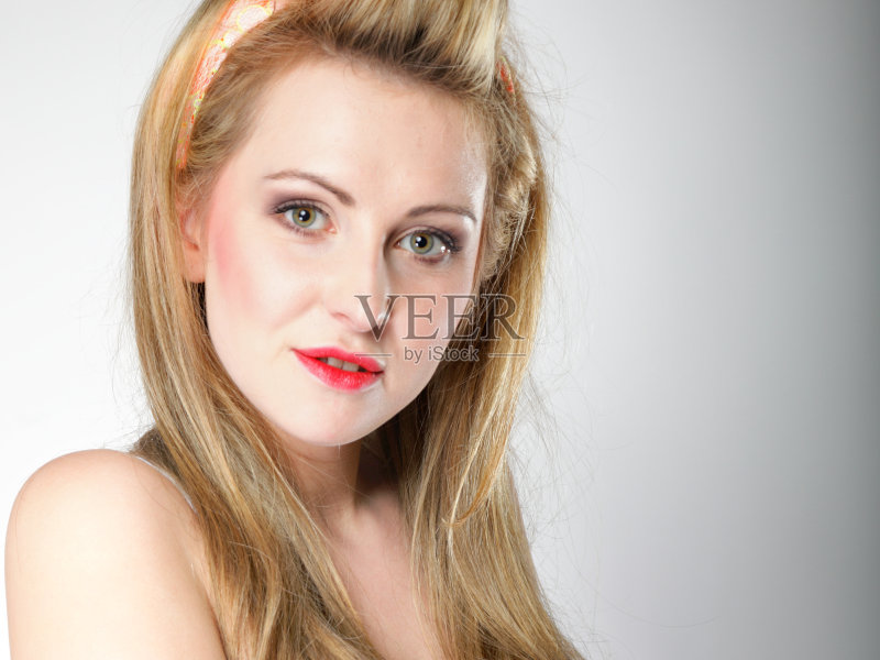 造型-女人 彩妆 肖像 看 从容态度 休闲装 头发 性感符号 女性 美女 微笑 图片
