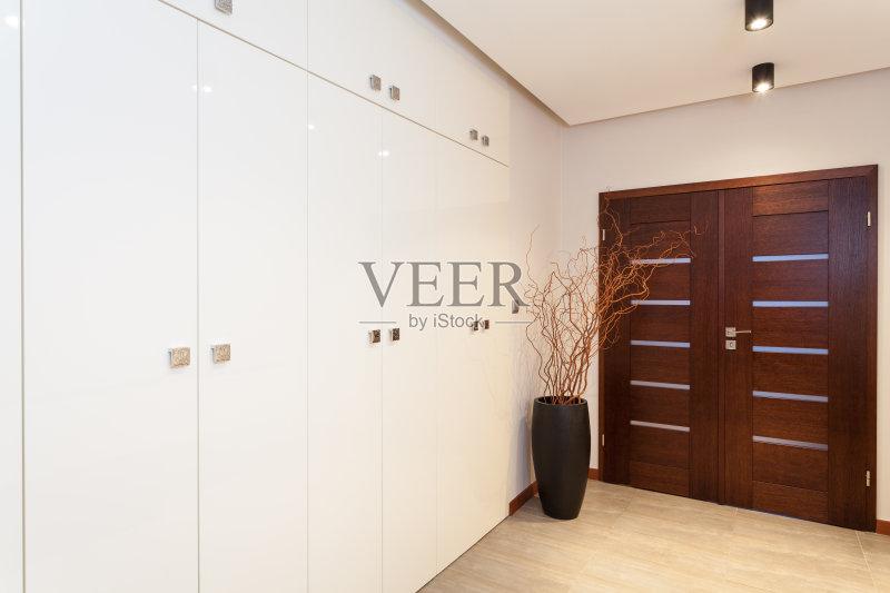 现代 空的 衣帽间 二等兵 更衣室 时尚 木制 豪宅 房地产 宽的 华贵 门