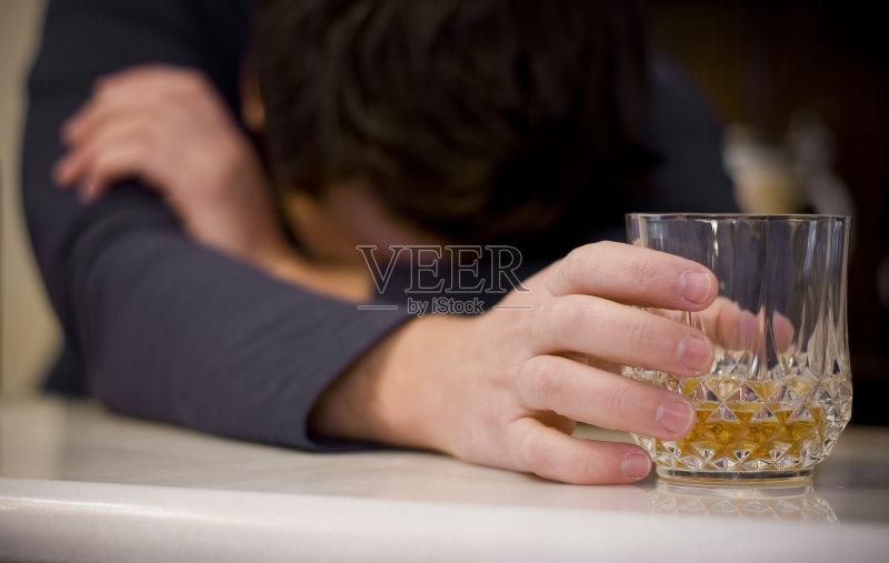 喝酒-人 玻璃杯 饮料 一个人 利口酒 沮丧 喝 致幻毒品 独处 喝醉的 上瘾