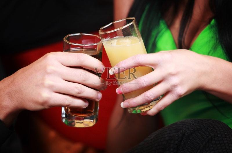 喝酒-鸡尾酒 玻璃杯 女人 饮料 快乐时光 手 俱乐部 酒吧 聚会 无酒精饮