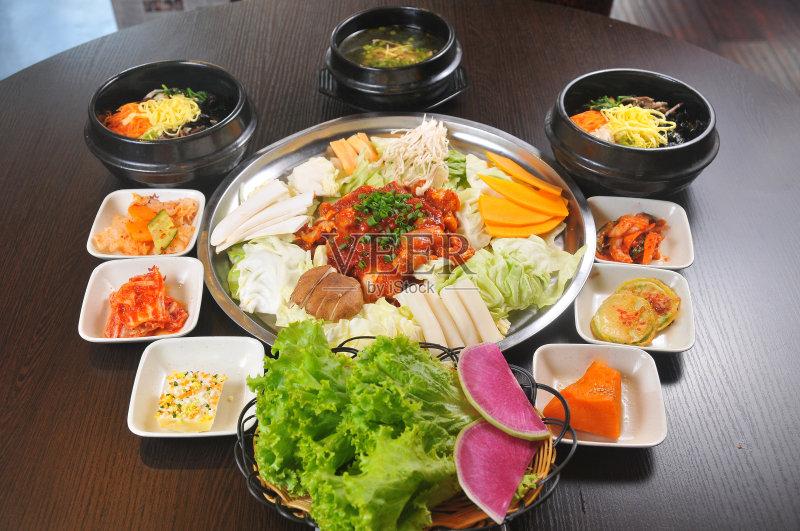 韩国料理-健康食物 高级西餐 牛肉 蔬菜 晚餐 汤 膳食 美味 桌子 午餐 餐