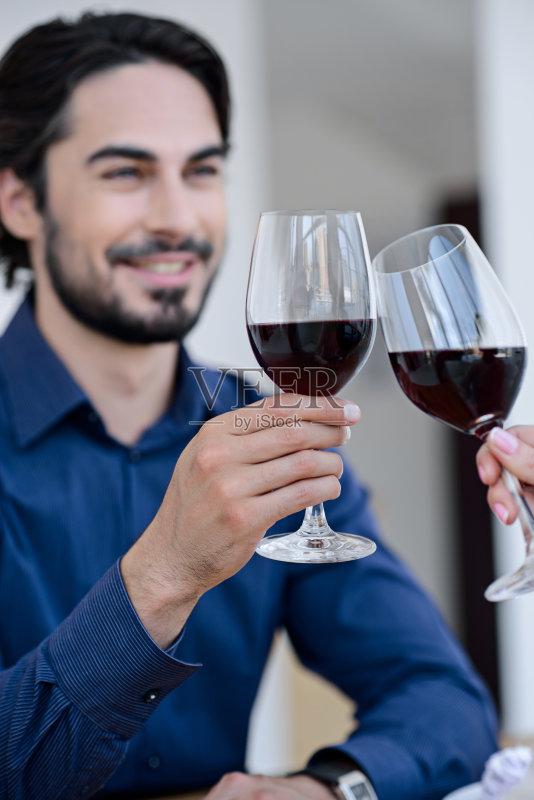喝酒-咖啡馆 高雅 女人 看 红色 周年纪念 白人 桌子 相伴 干杯 微笑 调情