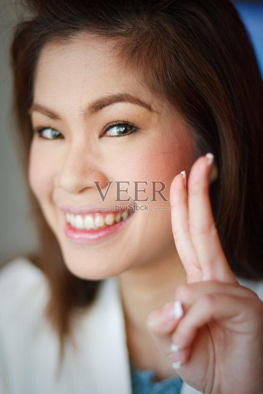 笑容-女人 美 看 手 时装模特 仅女人 手指 泰国 亚洲 2015年 人体 美人
