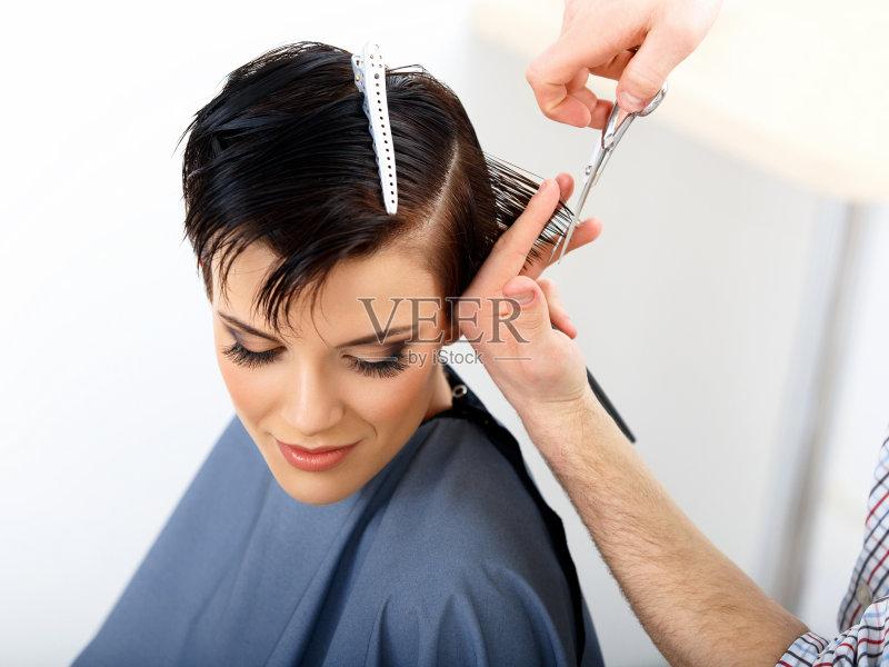 理发-女人 梳子 美 发型 美发师 美容师 人的头部 手 剪刀 头发 梳头 青年