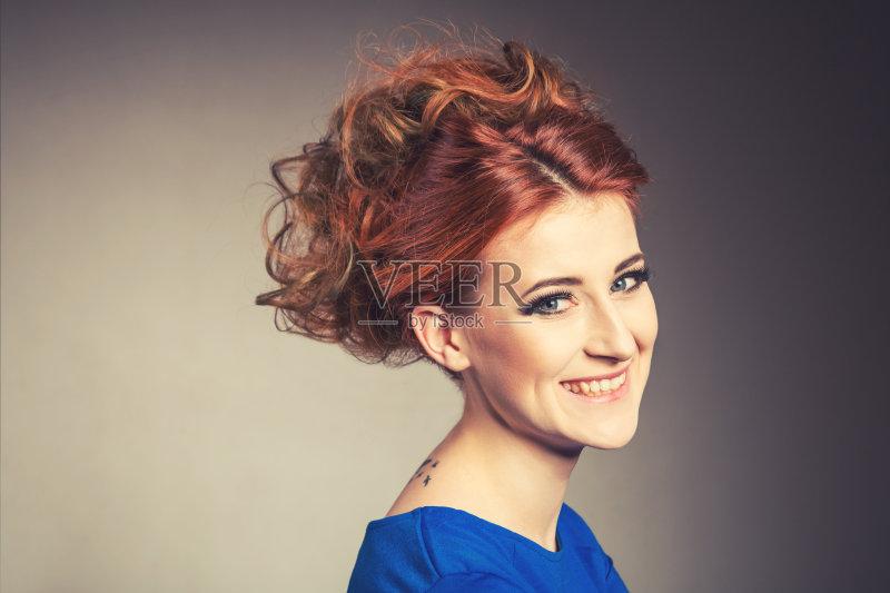 造型-缠结的头发 女人 彩妆 肖像 凌乱 人的头部 红色 黑色背景 头发 艺图片