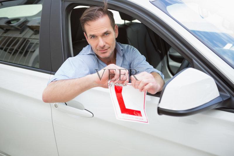 司机 自驾游 驾车 休闲活动 欢乐 肖像 窗户 路 银色 运输 陆用车 男性