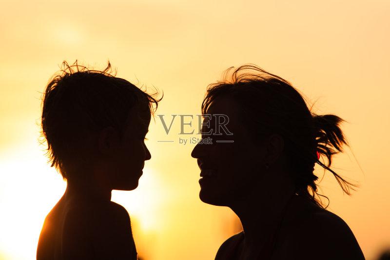 人 单身母亲 情感 自然 儿童 相伴 生活方式 小的 享乐 母亲 海滩 户外