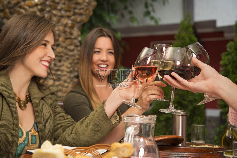 喝酒-人 休闲活动 女人 葡萄酒 少量人群 男性 女性 红葡萄酒 相伴 食品