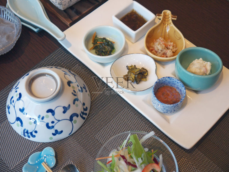 日本 日本料理 多样 健康食物 早餐 红色 膳食 沙拉 桌子 筷子 餐具 无人