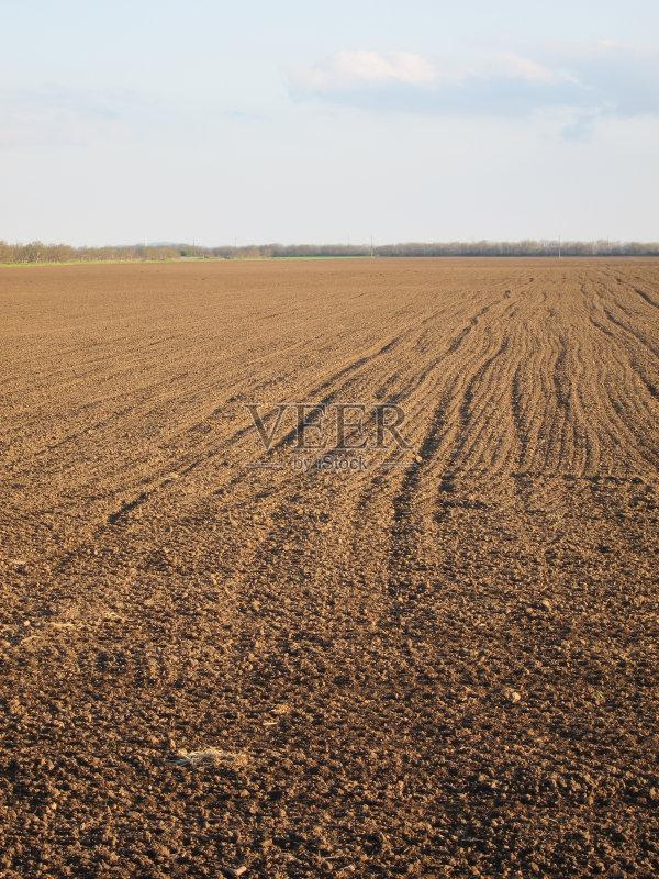 泥土 陆地 田地 已经垦殖的土地 田园风光 地平线 耕地 农场 春天 蓝色