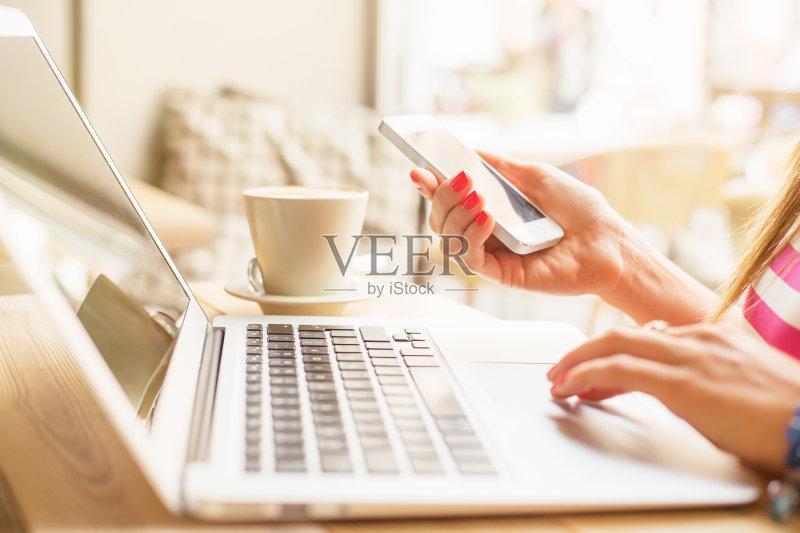 写字-计算机 银行业 人 白色 女人 看 手 休闲装 传媒 咖啡 白人 电子邮件