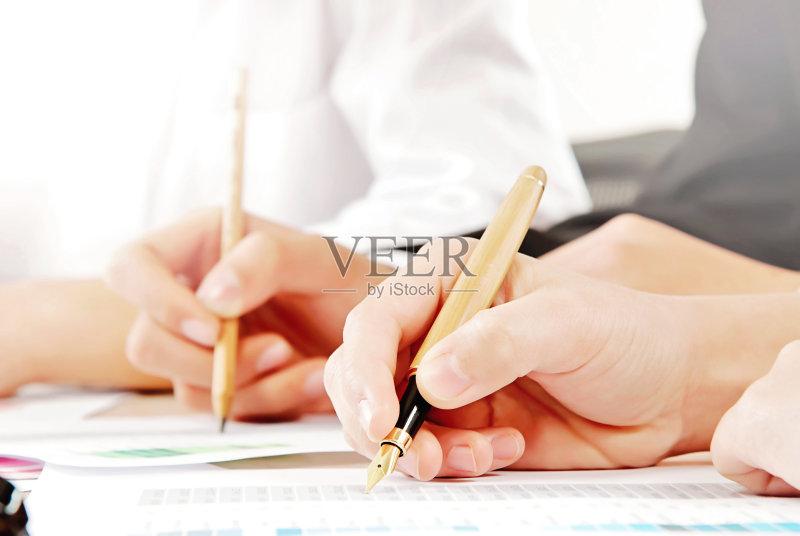 业 做 信函 写字板 水笔 商务 铅笔 写 人体 男商人 数据 成年人 纸 男人