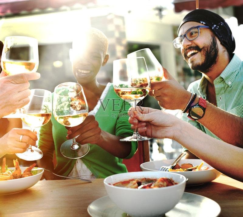 喝酒-咖啡馆 人 早餐 晚餐 放松 非洲人 吃饭 喝 夏天 乐趣 白昼 种族 相