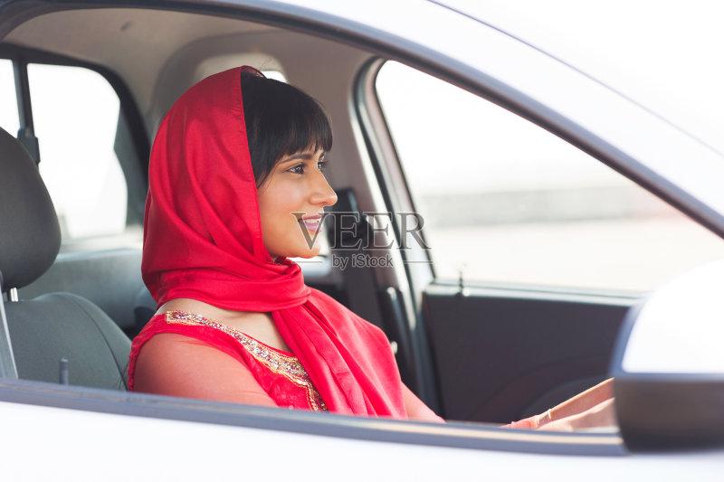 开车-司机 驾车 文化 欢乐 高雅 女人 外衣 肖像 看 印度人 红色 陆用车 时装模