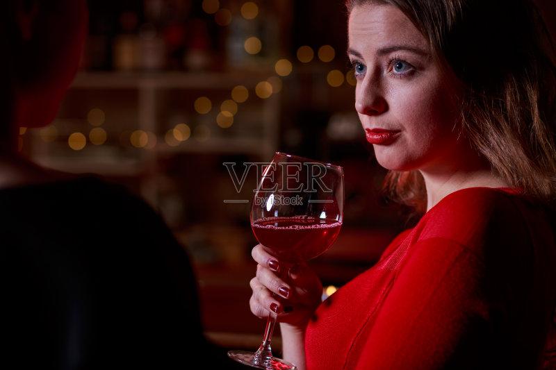 喝酒-鸡尾酒 女人 葡萄酒 红色 寂寞 夜生活 悲哀 液体 酒吧 喝 白人 瘾君