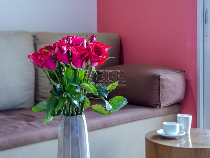 家居-一个物体 住宅内部 红色 枕头 花瓶 自然 桌子 公寓 茶几 自己动手 图片