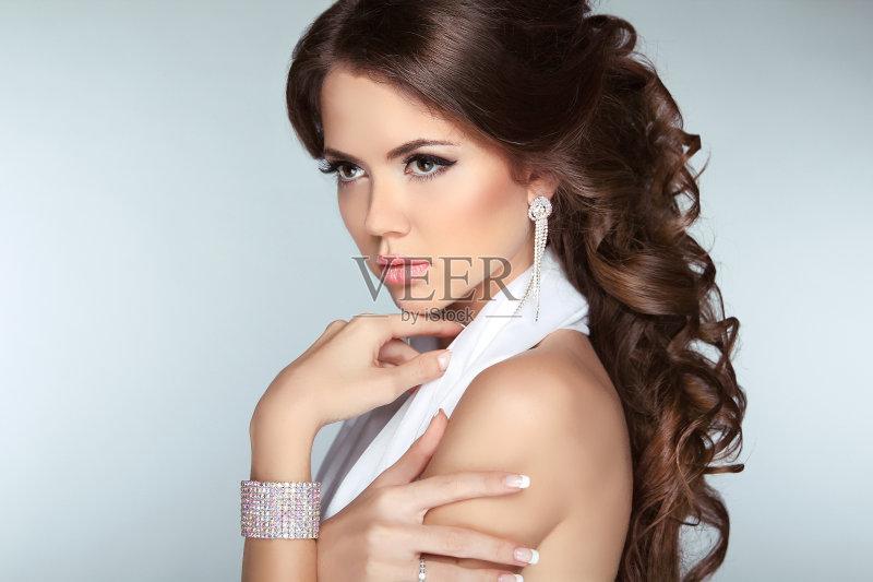 造型-时尚 高雅 女人 个人随身用品 美 发型 看 魅力 时装模特 卷发 项链 图片