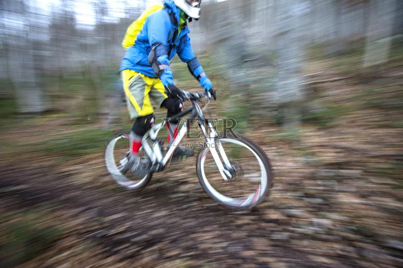 区 山 风 骑自行车 男性 冒险 运动 迅速 兴奋 生活方式 竞技运动 信心