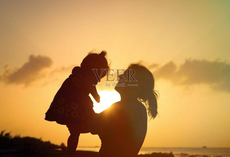 身母亲 天空 情感 自然 儿童 相伴 幼儿 生活方式 小的 享乐 母亲 微笑