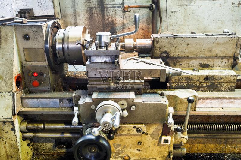 人 中间部分 车床 修理 测量工具 工业 室内 工作台 车间 研磨 工作 金
