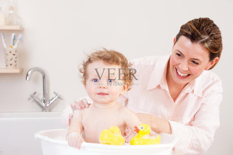 宅房间 乐趣 洗澡 真实的人 单亲家庭 家庭生活 2015年 爱 身体保养 图片