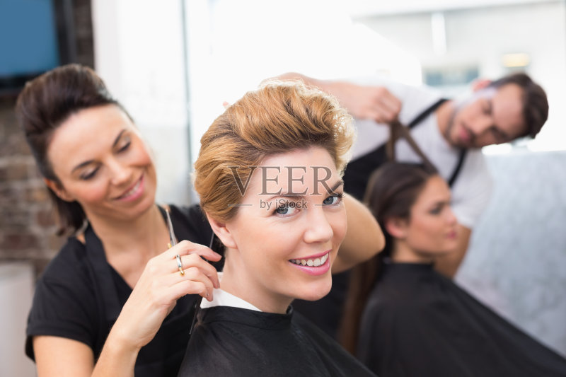 理发-欢乐 女人 肖像 中老年女人 男性 职业 白人 美发师 剪头发 白昼 40