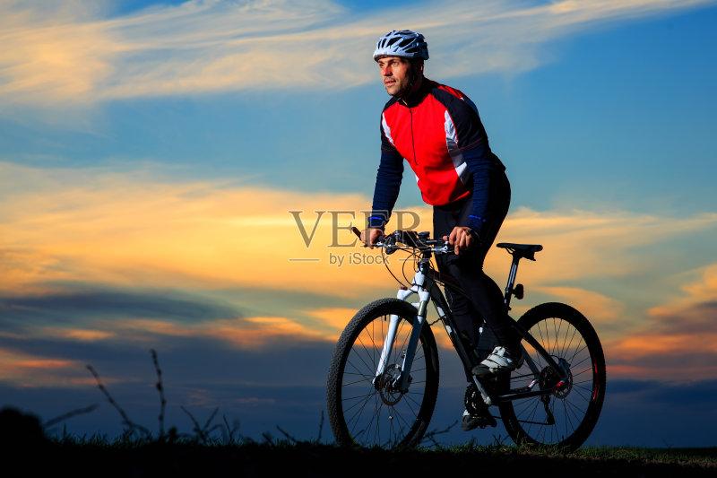 人 山 骑自行车 脚踏车 探险 凝视 冒险 自然 运动 迅速 生活方式 街道