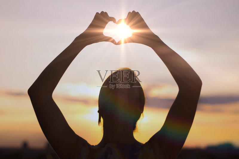 天空 太阳 情感 自然 女性 相伴 生活方式 仅青少年 触摸 云 约会 幻想