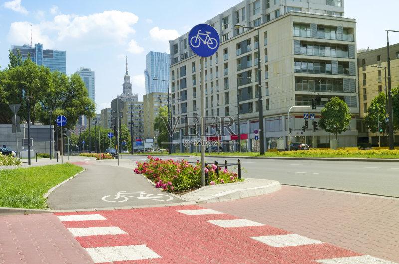 欧洲 方向 街道 宫殿 户外 华沙 旅游 交通标志 沥青 绿色 城市生活 首图片