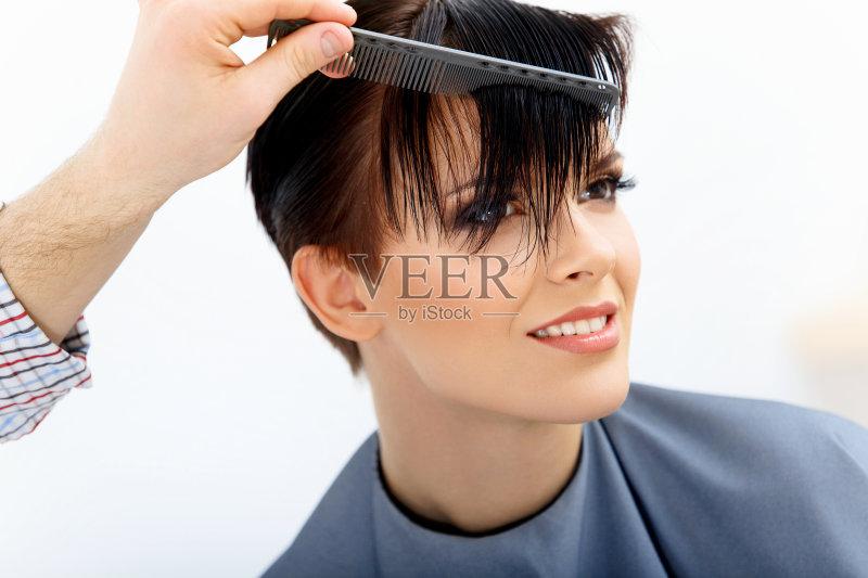 理发-仅一个女人 人 梳子 女人 人的头部 仅女人 头发 短发 剪头发 女性