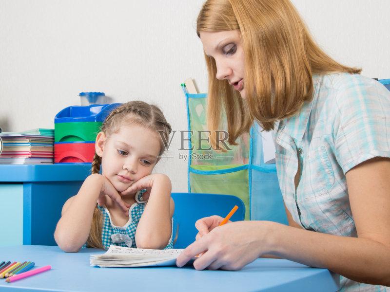 兴趣-教育 美 业余爱好 抽屉 装饰物 学龄前 活力 单亲家庭 女婴 快乐