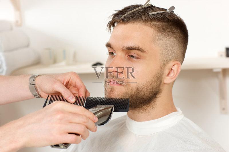 发师 古老的 理发店 古典式 园艺剪刀 切断 身体保养 人体 顾客 专业人