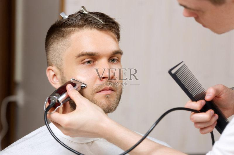 型屋 剪头发 理发师 男人