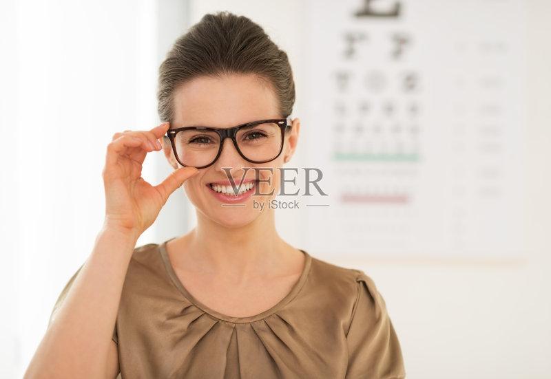 女人 近视 白人 女性 保护 视力 生活方式 视力表 医学检测 图表 微笑 人