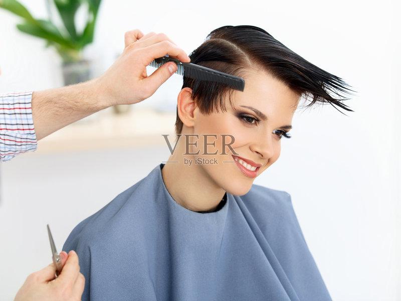理发-自然美 女人 梳子 发型 美发师 美容师 人的头部 手 梳头 剪刀 头发
