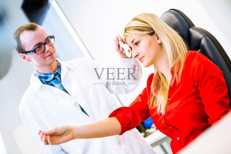 视力表 眼镜 医疗诊所 视力测验 医疗诊断工具 身体检查 病人 验光师 图片