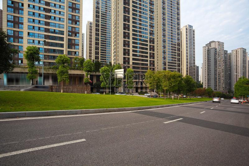 城市街景-小路 汽车赛道 陆地 市区路 路 摩天大楼 运输 塔 市区 亚洲 中图片