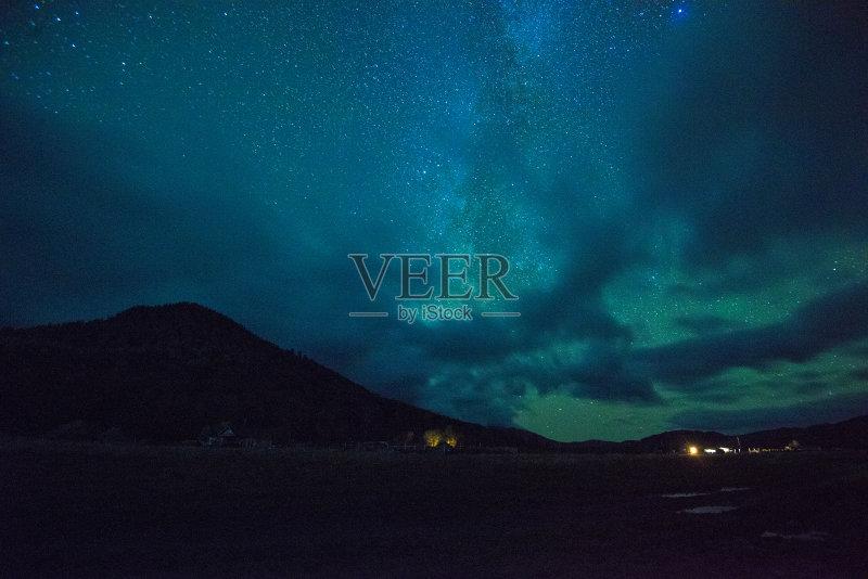 巨大的 星形 梦想 空间和天文学 光 天空 自然 景观设计 洞 松树 松科 纹图片