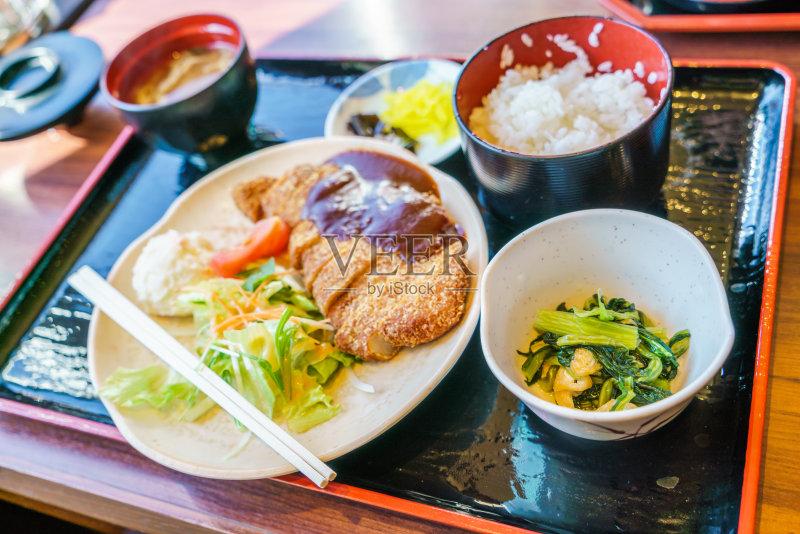 日本料理 炸肉排 黄油鸡卷 味噌酱 膳食 白米 沙拉 午餐 筷子 无人 鸡肉