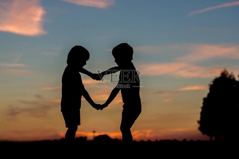 夏天 自然 情感 儿童 爱 兄弟姐妹 生活方式 触摸 草 兄弟 户外