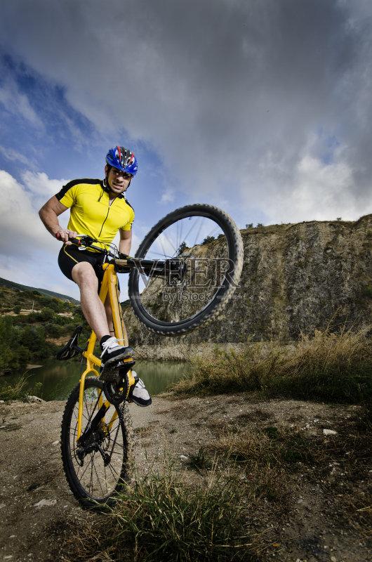 肖像 风 骑自行车 运动员 黑云压城 运动 生活方式 努力 上升 云 法律