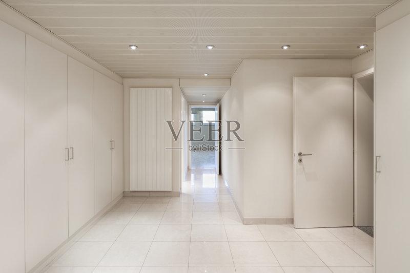 寓 室内 剧场衣帽间 开着的 砖地 地板 壁橱 天花板 现代 空的 衣帽间