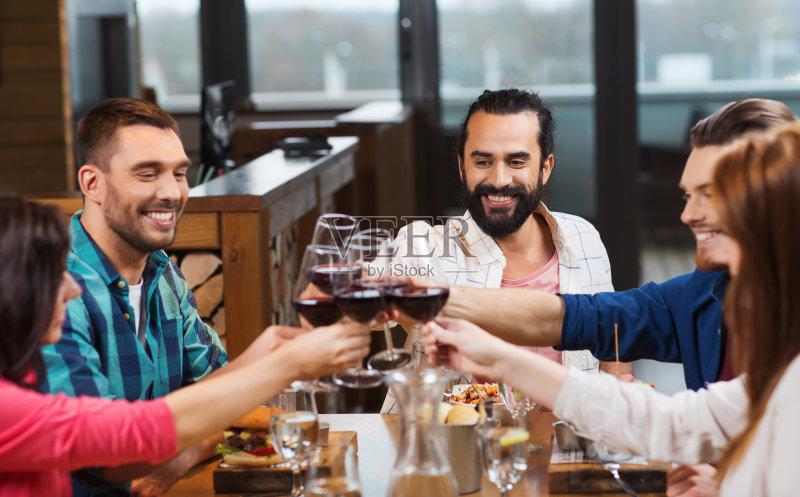 喝酒-人 异性恋 玻璃杯 节日 拉美人和西班牙裔人 饮料 女人 葡萄酒 社