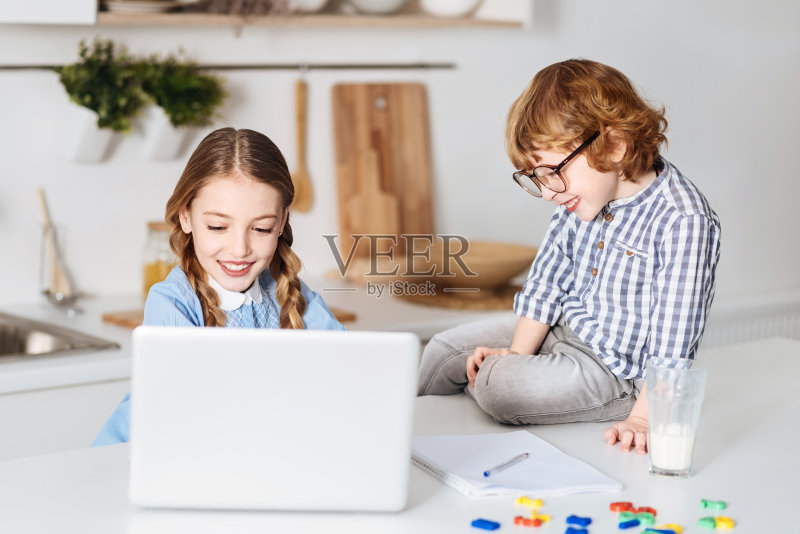 兴趣-计算机 乌克兰 白色 休闲装 男性 笔记本电脑 数学 家庭作业 女性