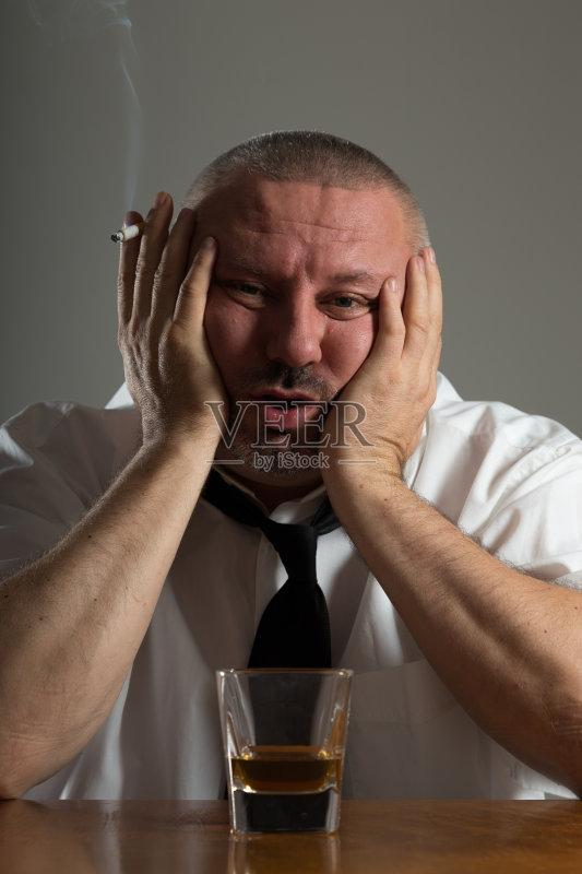 喝酒-人 尼古丁 烟灰缸 肖像 黑色背景 手 悲哀 酒吧 男性 烟草 生活方式