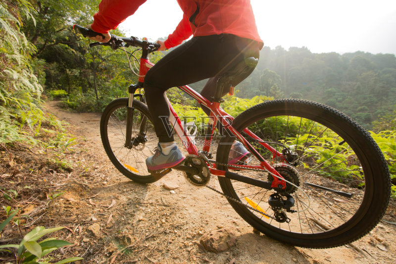 活动 手把 骑自行车 红色 手 运输 仅女人 徒步旅行 天空 攀登 亚洲 中